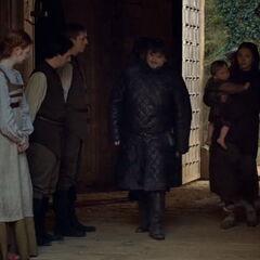 Samwell, Gilly, e Pequeno Sam sendo cumprimentado por funcionários Tarly em <a href=