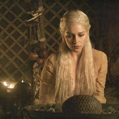 Daenerys i smocze jajo.