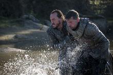Бронн и Джейме выбираются на берег 7x05