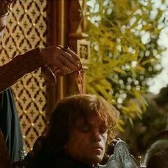 Joffrey wylewa wina na głowę stryja.