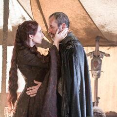 Melisandre prosi Stannisa o ofiarę krwi z jego własnej córki.