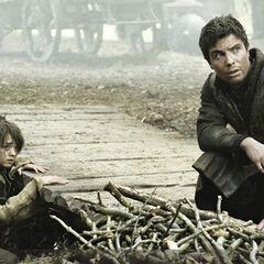 Arya i Gendry ukrywający się przed <a href=