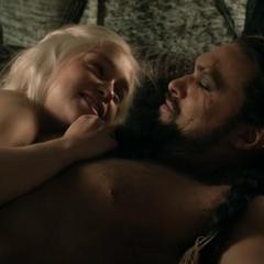 Daenerys oznajmia, że jest w ciąży.