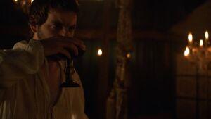 203 Renly trinkt Wein