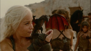 Dany tenta alimentar seu dragão