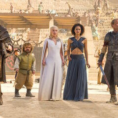Daenerys, Daario, Jorah, Tyrion und Missandei inmitten der Kampfgrube.
