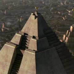 Велика піраміда поблизу.