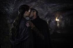 Петир Бейлиш целует Сансу Старк 5x04