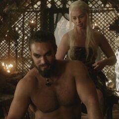 Drogo i Daenerys rozmawiają o Żelaznym Tronie.