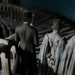 Vista posterior de Lorde Royce (à direita) com o símbolo de sua Casa exibido em sua capa