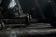 Дейнерис Таргариен и Тирион Ланнистер в тронном зале 7x01