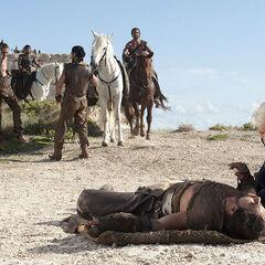 Дрого падає з коня.
