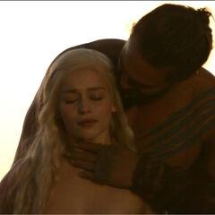 Noc poślubna Daenerys i Drogo.
