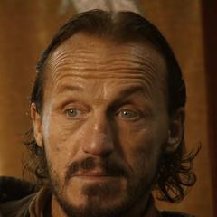 Bronn obserwuje lordów z Dorne, którzy przybyli do Królewskiej Przystani.