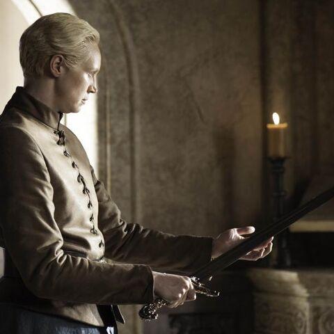 Jaime übergibt das Schwert an Brienne