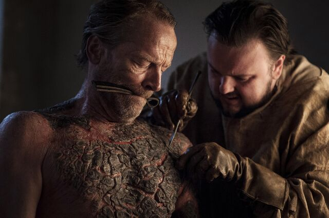 File:Sam helps Jorah Stormborn.jpg