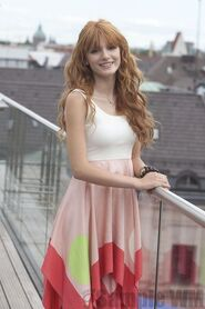 93141 Preppie Bella Thorne posing for a photo shoot on a hotel in Munich 2 122 502lo