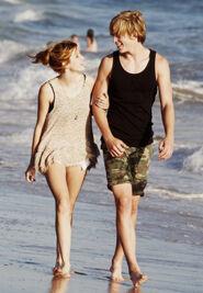 Bella-thorne-with-boyfriend-beachwalk