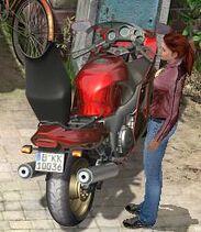 Ninas Motorrad mit geöffnetem Staufach