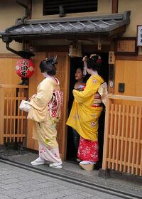 640px-Geisha, maiko, shikomi in Kyoto