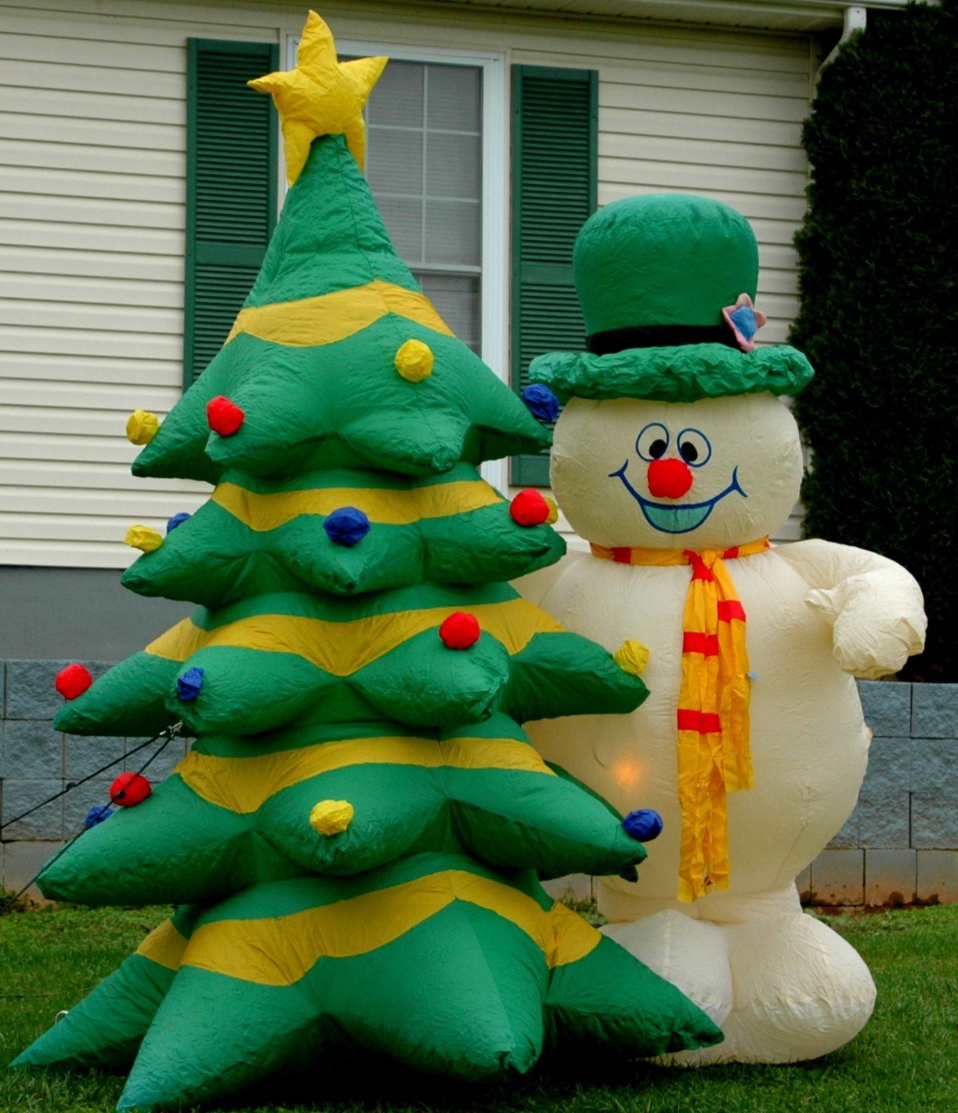 GEMMY 8FT FROSTY THE SNOWMAN U0026 CHRISTMAS TREE LIGHTED AIRBLOWN INFLATABLE