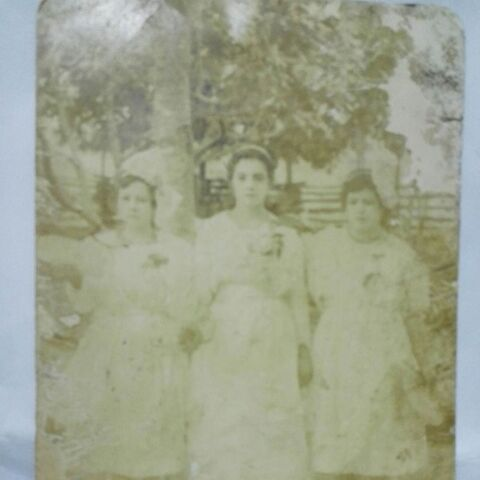 Sarmiento Pupo (right) at the age of 15, with her sisters who died at the ages of 105 and 99 years old.