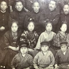 Nakachi (second from the left in the second row) in 1913, when she received an award for excellence.