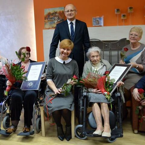 Jadwiga Szubartowicz being honored with Lublin Honorary Citizenship