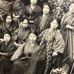 Nakachi (center of front row) between 1920-1922, with a girl's school friend.