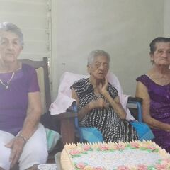 Sarmiento Pupo at the age of 114 (center), with two daughters, aged 85 (left) and 95 (right).
