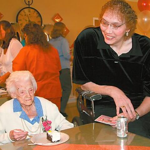 Edna Parker, the oldest living person in the world and Sandy Allen, the tallest living woman in the world.