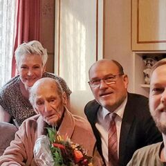 Gerneth (middle) on his claimed 114th birthday with his great-granddaughter Tina Endle (sitting, left), his granddaughter Christine Rattay (standing), Bernd Poloski, the Mayor of Havelberg, and his grandson Benjamin Endle (right).