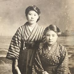 Nakachi (right) in 1916, when she graduated from elementary school.