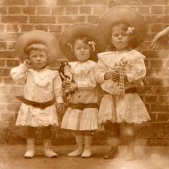 Gabrielle in 1907 (middle).