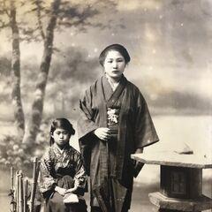 Nakachi around 1920, with her sister.