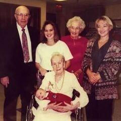Sarah Knauss (age 115), her daughter Kathryn Sullivan (age 92), her granson Robert Butz (age 70), her great-granddaughter Kathy Jacoby (age 46), her great-great-granddaughter Kristina Patton (age 24), great-great-great-granson Bradley (age 0).
