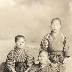 Nakachi (standing on the far right) around 1915, when she enjoyed playing tennis.