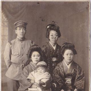 Photos with family and relatives. From left: Hideo Tanaka, Kane Tanaka, Nobuo Tanaka, Tsuruko Kunimasa, Toyoko Nakamura.