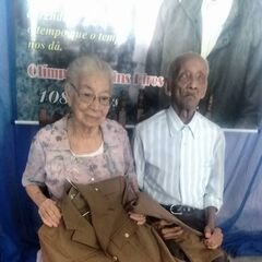 Olimpio Martins Pires at age 108 with his wife.