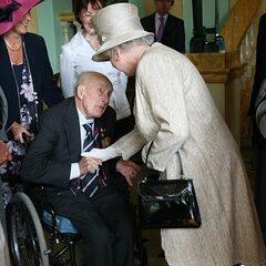 Henry Allingham meets Queen Elizabeth at the Buckingham Palace Garden Party in 2007.