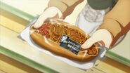 Mafuyu giving Ritsuka yakisoba bread