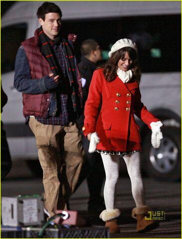 File:Lea-michele-cory-monteith-christmas-kiss-04.jpg