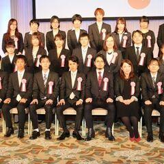 Foto grupal de Negi con otros concursantes y anfitriones en la 21º Ceremonia del Gran Premio Dengeki.