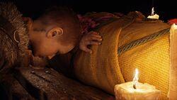 Atreus rezando junto al cuerpo sin vida de su madre