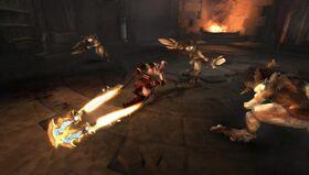 Kratos contra un grupo de Sátiros con dos Sais