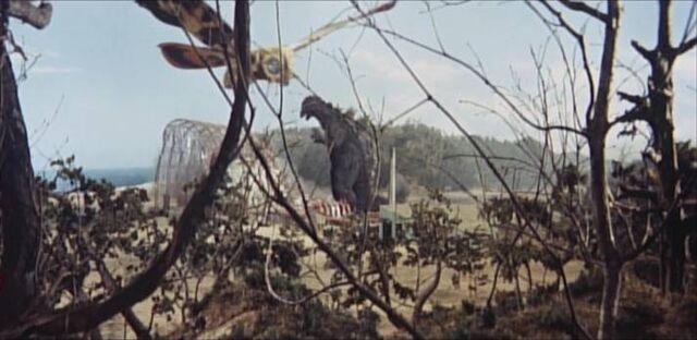 Archivo:Godzilla -MosuGoji- and Mothra -ShodaiMosuImago- Fight.jpg