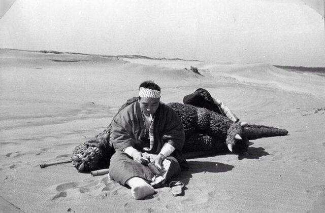 Archivo:Haruo Nakajima during break Mothra vs. Godzilla.jpg