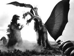 Godzilla y Mothra Larva peleando contra King Ghidorah en Ghidorah Three Headed Monster
