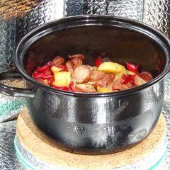 Fot. 20. Zapiekanka z ziemniaków, kiełbasy i papryki (1,1 kg)