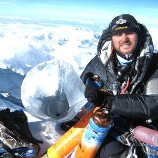 Dawa Steven Sherpa z kuchenką stożkową na szczycie Mount Everest